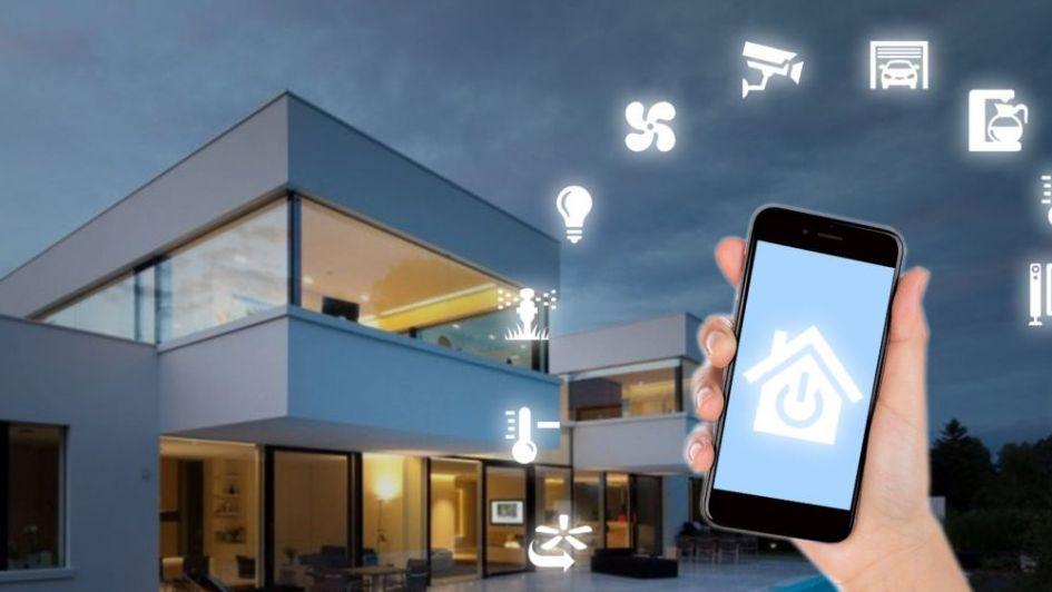 Foto de un edificio y un teléfono móvil, mostrando las opciones de automatización